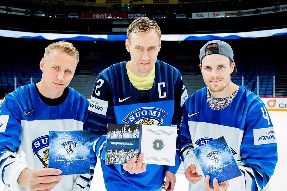 Kultaharkkoja olivat vastaanottamassa kultajoukkueen kapteeni Marko Anttila sekä varakapteenit Mikko Lehtonen ja Veli-Matti Savinainen