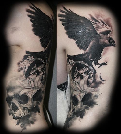 Tuomas Koivurinteen naakka-aiheinen tatuointi