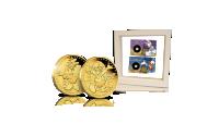 Aku ja Iines -kultarahat valkoisessa keräilykehyksessä