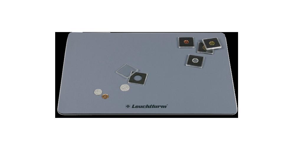 Luistamaton BASIS -työskentelyalusta suojelee sekä pöytää että keräilyesineitä lialta ja naarmuilta